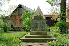 Gedenkstein auf dem St. Annenfriedhof von Dannenberg - Inschrift: Unsern für Heimat und Vaterland gefallenen Söhnen zum Gedächnis.
