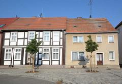 Alt + Neu; historisches Fachwerkhaus neben einem Wohngebäude mit schlichter Putzfassade; Bilder aus Wusterhausen, Dossen