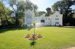 Kleines Schloss im Park Babelsberg in Potsdam - ursprünglich 1844 nach Entwürfen von Ludwig Persius umgebaut - 1842 Umgestaltung im Stil der englischen Tudor Gotik. Seit 1990 gehört der Park Babelsberg als Teil der Schlösser und Parks von Potsdam und