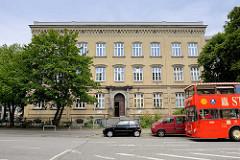 Architektur Hamburgs - gelbes Klinkergebäude der Staatlichen Abendschule Vor dem Holstentor / Holstenglacis in Hamburg St. Pauli.