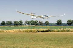 Landeanflug eines Segelflugzeugs auf dem Segelflugplatz in Kyritz; der Doppelsitzer DG 1001 beim Landen.