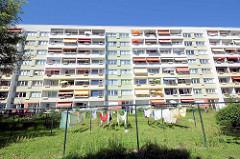 Restaurierte Plattenbauten in Potsdam - Havelufer; Wäsche hängt zum Trocknen auf der Leine.