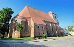 Kirche von Wusterhausen - die Pfarrkirche St. Peter und Paul ist ursprünglich eine spätromanische Basilika von etwa 1229. In mehreren Bauabschnitten wurde sie bis 1479 zur dreischiffigen gotischen gewölbten Hallenkirche erweitert.
