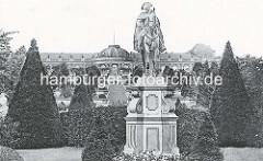 Altes Foto - Denkmal Reiterstandbild Friedrich des Großen im Park Sanssouci - im Hintergrund das Schloss Sanssouci.