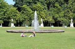 Gartenanlage mit Springbrunnen, Skulpturen am Neuen Palais, Park Sanssouci / Potsdam.