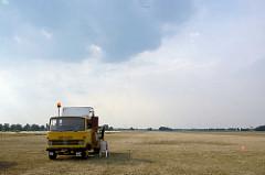 LKW mit Seilwinde an der Startbahn vom Segelflugplatz Kyritz - beim Start wird das Seil auf einer Windentrommel aufgerollt und das Segelflugzeug auf etwa 90–130 km/h beschleunigt; so entstehen Formel 1 ähnliche Beschleunigungswerte von 0 bis 100 km/h