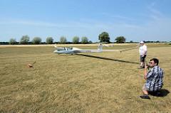 Startvorbereitungen für den Windenstart eines Segelflugzeugs auf dem Verkehrslandeplatz Kyritz; bei Sprechfunk wird Kontakt mit dem Betreiber der Startwinde aufgenommen.