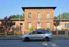 Stillgelegtes Bahnhofsgebäude / Empfangsgebäude der Bahn, Backsteinarchitektur in Wusterhausern, Dosse.