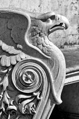 Detail - Dekor Adler, Lehne eine Ruhebank im Park von Sanssouci in Potsdam.