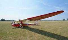 Das historische Segelflugzeug Slingsby T 21b hat ein Spannweite von 16,46 m - Zweisitzer, nebeneinander.