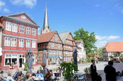 Sommertag in Dannenberg, Elbe - Strassencafe; historische Wohnhäuser, Geschäftshäuser in Fachwerkkonstruktion Am Markt - Kirchturm der Dannenberger Kirche St. Johannis.