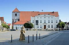 Am Markt von Wusterhausen / Dosse; Rathaus und Pfarrkirche St. Peter und Paul.