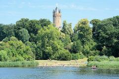 Badestrand an der Havel - Babelsberger Park / Potsdam, Flatowturm. Seit 1990 gehört der Park Babelsberg als Teil der Schlösser und Parks von Potsdam und Berlin zu Liste des UNESCO Welterbe.