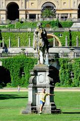 Denkmal Reiterstandbild Friedrich des Großen im Park Sanssouci - im Hintergrund das Schloss Sanssouci.