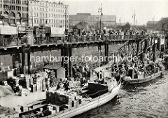 Markt am Deichtorplatz - Kisten mit Gemüse werden am Oberhafen verladen - alte Bilder aus der Hansestadt Hamburg.