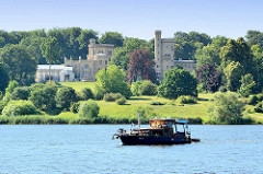 Blick über die Havel / Tiefer See zum Babelsberger Schloss in Potsdam, Einweihung des klassizistischen Gebäudes 1835, Erweiterungen 1849. Seit 1990 gehört der Park Babelsberg als Teil der Schlösser und Parks von Potsdam und Berlin zu Liste des UNESCO