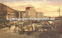 Markt in der Altstadt Hamburgs - Pferdewagen stehen mit Gemüsekörben hoch beladen auf dem Marktgelände vom Messberg. Die Pferde stehen in der Deichsel und fressen ihr Futter aus der Krippe; lks. eine Strassenbahn im Marktgedränge - sie kommt aus