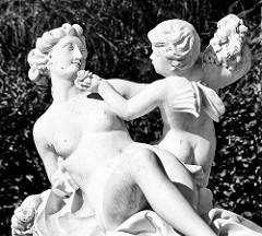 Skulptur Flora mit Zephir am Gitterpavillon beim Schloss Sanssouci.
