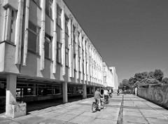 Gruppe von Fahrradfahrern - ehem. Gebäude der Fachhochschule Potsdam - ehemalige Institut für Lehrerbildung an der Friedrich Ebert Strasse - Architektur der 1960er Jahre.