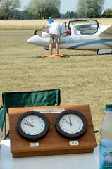 Flugleitung vom Flugsportclub Kyritz e.V an der Startbahn; im Hintergrund wird ein Segelflugzeug startklar gemacht.