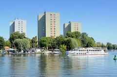 Hochhäuser, Plattenbauten am Ufer der Potdamer Havel - Fahrgastschiff mit Touristen auf der Rundfahrt.