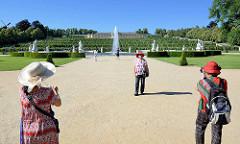 Blick zu den Weinbergterrassen, Brunnenanlage beim Schloss / Park Sanssouci in Potsdam; Touristen machen ein Foto.