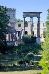 Blick auf die Ruinen auf dem Ruinenberg in Potsdam - Zur Bewässerung der Fontänen im südlich angrenzenden Park Sanssouci ließ Friedrich der Große 1748 auf der Kuppe ein Wasserreservoir bauen und mit künstlichen Ruinen als antikisierende Gestaltungsel
