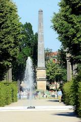Obelisk und Brunnen im Park Sanssouci von Potsdam.