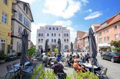 Am Markt in Dannenberg - Aussengastronomie, Geschäftshäuser in der Langen Strasse.