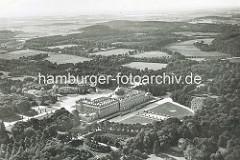 Historische Luftansicht von der Schlossanlage Neues Palais im Park Sanssouci in Potsdam.