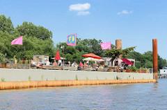 Neueröffnete Bar auf einem Ponton in der Norderelbe bei Hamburg Entenwerder, Stadtteil Rothenburgsort.