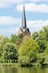 Kirchturm der evangelischen St. Johanniskirche in Dannenberg; norddeutsche Backsteingotik aus dem späten 14. Jhd.
