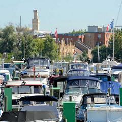 Sportboothafen / Marina am Templiner See, Havellauf in Potsdam - im Hintergrund ehem. Industriearchitektur - Turm vom Persiusspeicher.