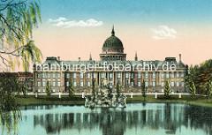 Stadtschloss von Potsdam - im Hintergrund die Kuppel der Potsdamer Nikolaikirche.