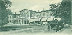 Alter Dammtorbahnhof beim Alsterglacis, der 1866 erbaut und 1903 abgerissen wurde. Geschäfte mit Markisen - Pferdekutschen.