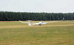 Das Segelflugzeug D-9150 landet auf dem Segelflugplatz Kyritz; der Doppelsitzer ist ein Hochleistungsstreckenflugzeug.