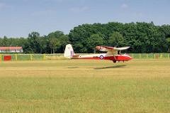 Landungsanflug eines offenen Segelflugzeugs auf dem Flugplatz Kyritz; Slingsby T21b mit einer Spannweite von 16,46 m.