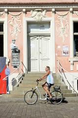 Eingang vom Lendelhaus - historisches Gebäude am Markt in Werder / Havel, erbaut wurde das Wohnhaus 1789 als Stadtpalais - jetzt Restaurant.