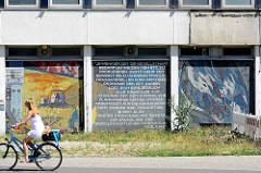 """Wandmosaik - Wandbilder am ehem. Datenverarbeitungszentrum (1969-71 geplant von Sepp Weber) in der Breiten Strasse, Potsdam; Künstler Fritz Eisel. """"Der Mensch bezwingt den Kosmos"""". Karl Marx Zitat - Je weniger Zeit die Gesellschaft bedarf um Weizen,"""