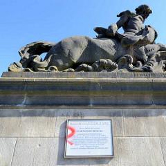 Gedenktafel zur Geschichte der Glienicker Brücke auf der Berliner Seite - Skulptur auf dem Brückenpfeiler, Bildhauer Stephan Walter 1908.