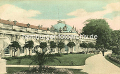 Altes Bild vom Schloss Sanssouci in Potsdam; historische Aufnahme der Südseite, Markisen vor den Fenstern, Palmen.