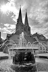 Mathildenbrunnen an der Pölkenstraße / Steinweg, Neustädter Marktplatz in Quedlinburg - Kirchtürme der St. Nikolaikirche