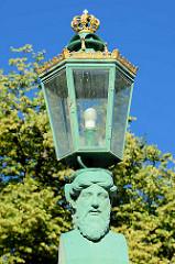 Kandelaber, Lampe mit goldener Krone - Grünes Gitter / Grünes Tor - Haupteingang zum Schlosspark Sanssouci in Potsdam.  Das Tor wurde von 1854 Ludwig Ferdinand Hesse entworfen.