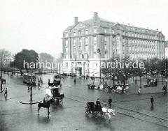 Blick über den Stephansplatz in Hamburg; historisches Motiv ca. 1910 - Gebäude Hotel Esplanade, Kutschen - Polizist auf einem Pferd, Strassenbahn.