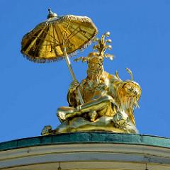 Sitzender Mandarin auf der Kuppel des Chinesischen Teehauses im Park Sanssouci von Potsdam - Chinesisches Teehaus; Gartenpavillon im Park Sanssouci in Potsdam. Friedrich der Große ließ den Baumeister Johann Gottfried Büring 1764 den Pavillon im Zeitg