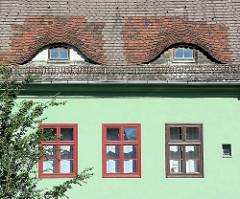 Fledermausgaube - Ochsenauge; Dachgauben an einem Wohnhaus in der Siedlung Stadtheide in Potsdam.