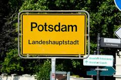 Ortsschild Potsdam Landeshauptstadt - re. Hinweis Berliner Mauerweg.