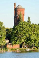 Historischer Wasserturm auf der Halbinsel Hermannswerder in Potsdam - Stand Up Paddling (SUP) Stehpaddeln auf der Havel.
