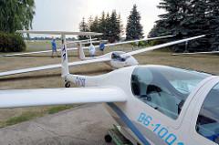 Segelflugzeuge vor der Halle auf dem Flugplatz Kyritz.