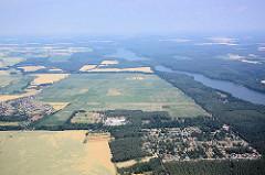 Flug mit dem Segelflugzeug über die Kyritzer Seenkette - die Seen sind eine 22 km lange eiszeitliche Schmelzwasserrinne, vor ca. 20 000 Jahren entstanden. Blick über den Untersee und Obersee.